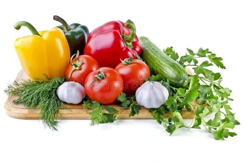Het stilleven die van de zomer die uit groenten bestaan over wit worden geïsoleerd royalty-vrije stock afbeelding