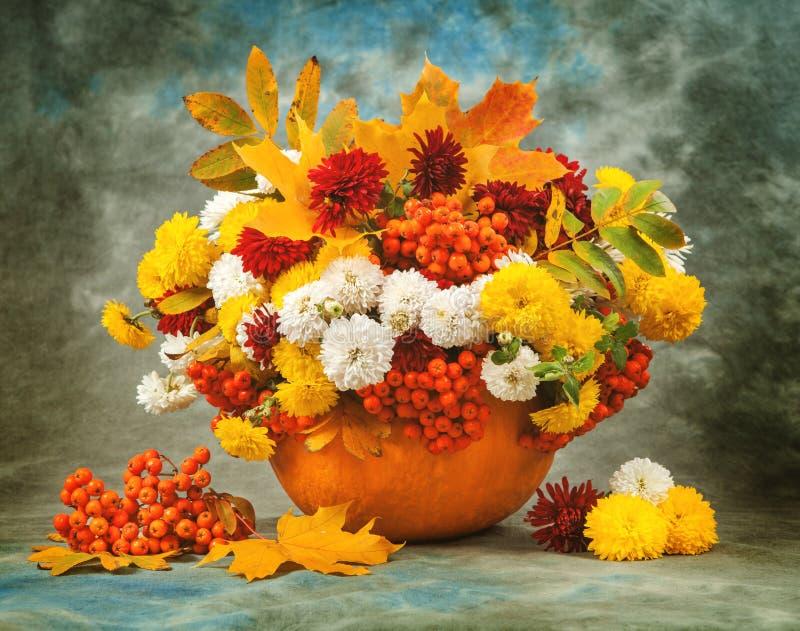Het stilleven van de herfst Bloem, fruit en groenten stock foto
