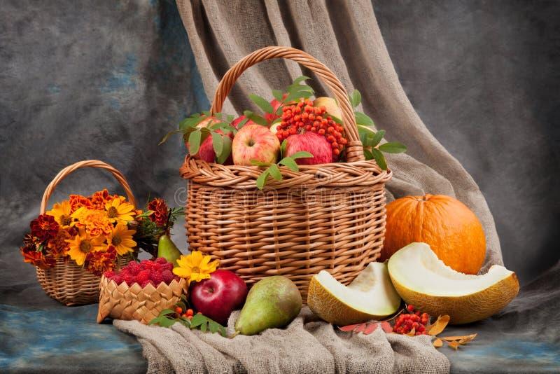 Het stilleven van de herfst Bloemen en fruit op de lijst stock foto