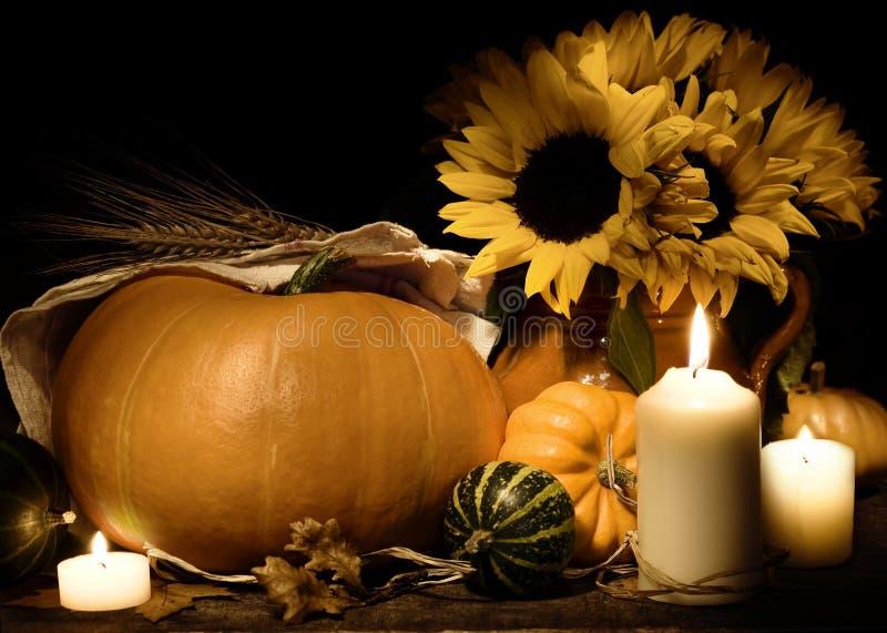Het stilleven van de herfst met pompoenen en bloemen stock afbeelding