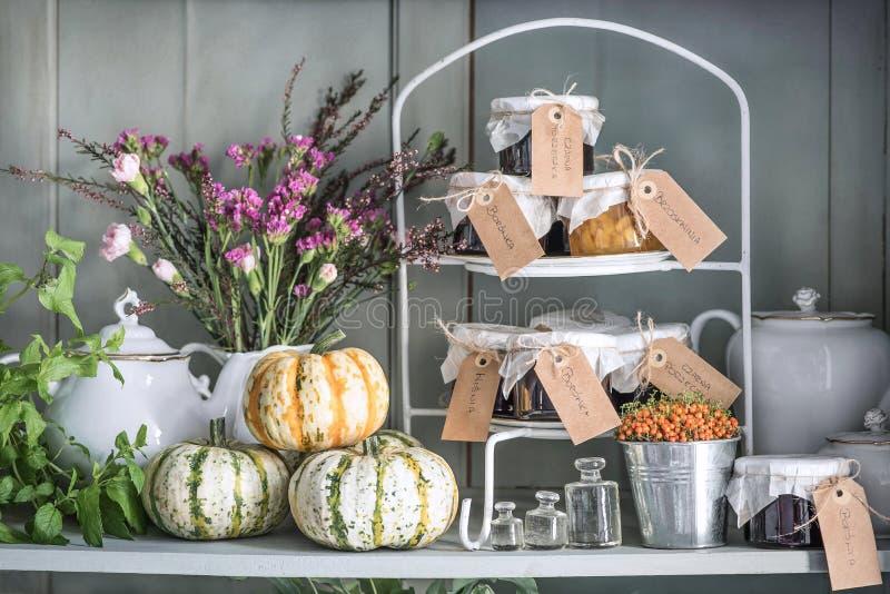 Het stilleven van de herfst Pompoenen, munt, droge bloemen, heide, kruidnagels, kruiken met het wachten en oude schotels stock afbeeldingen