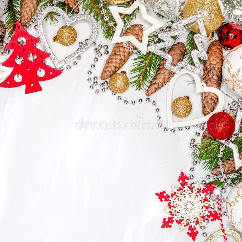 Het stilleven van de Kerstmisviering met vrije ruimte voor tekst, op witte achtergrond stock foto's