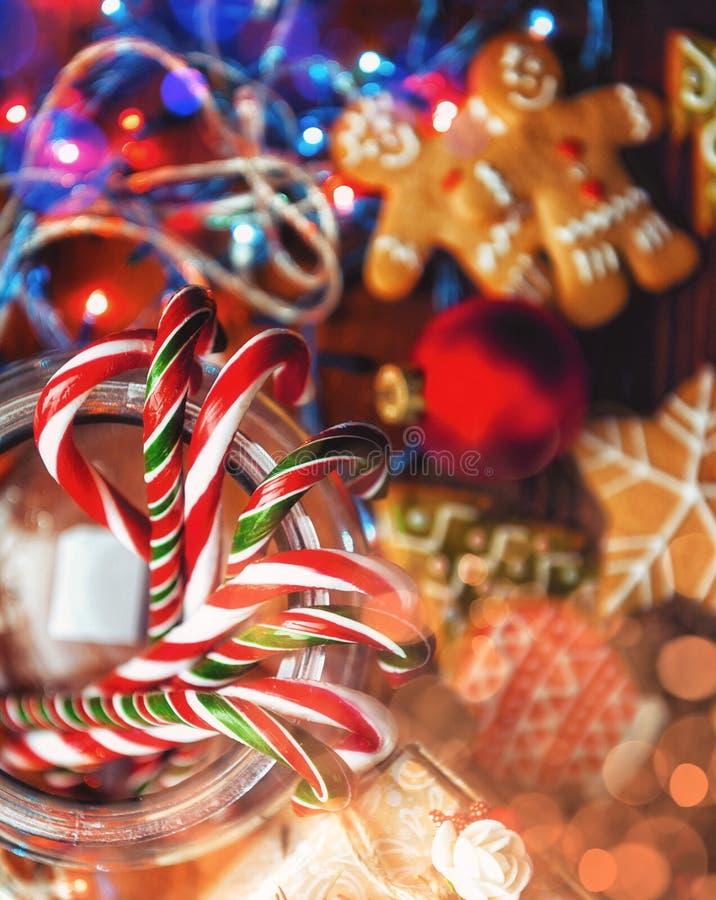 Het Stilleven van Kerstmis eigengemaakte gemberkoekjes, rietsuikergoed, op a stock fotografie