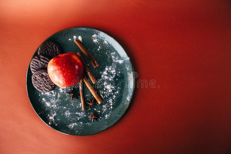 Het Stilleven van Kerstmis Kaneel, anijsplant, chocoladekoekjes en appel royalty-vrije stock foto's