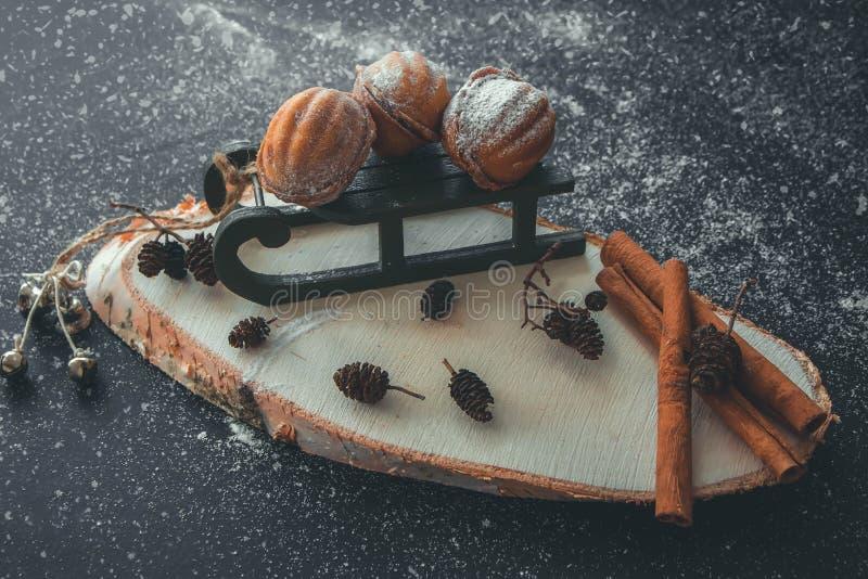 Het stilleven van het nieuwjaar met noten, op een ar met kaneel stock fotografie