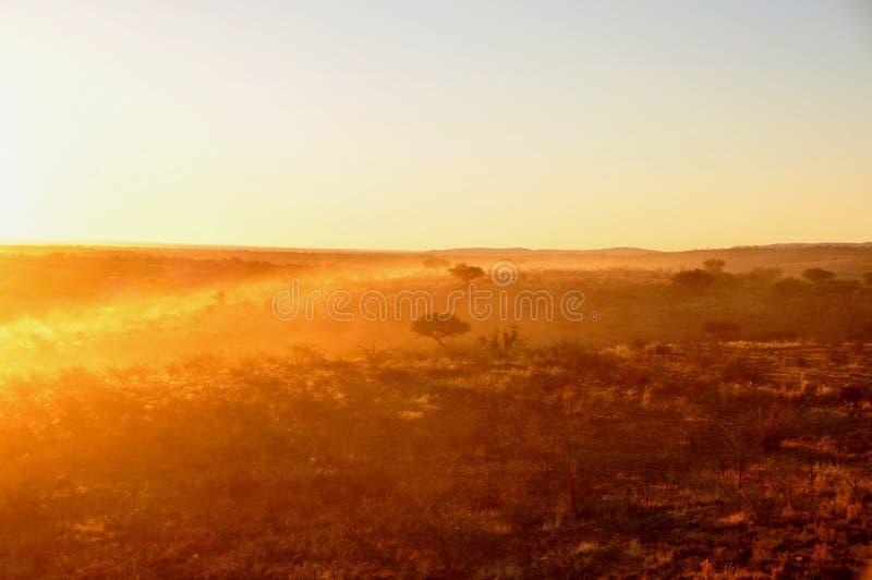 Het stof is over het landschap van Kalahari bij zonsopgang achter elke vehi royalty-vrije stock foto