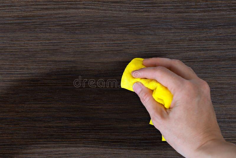 Het stof van de hand het houten meubilair stock afbeeldingen