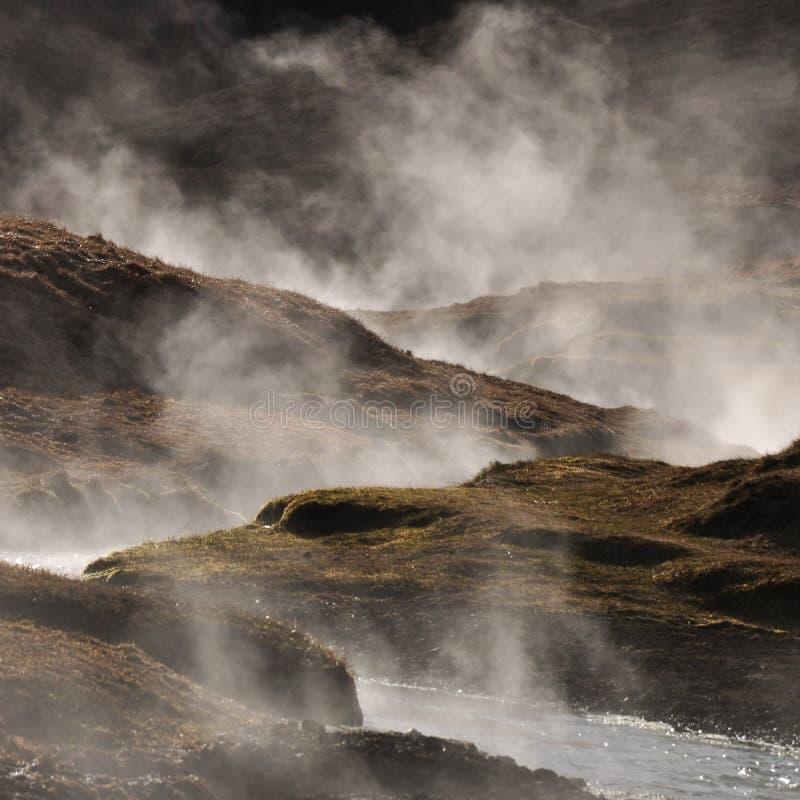Het stomen van geothermisch heet water, IJsland stock afbeelding