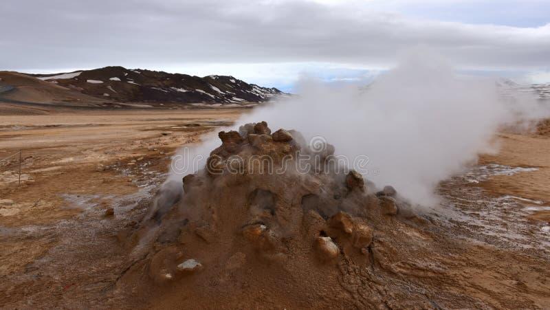 Het stomen van grond van geothermische activiteiten in Namaskard stock foto
