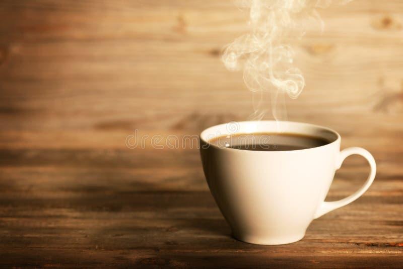 Het stomen van koffie in witte mok stock foto's