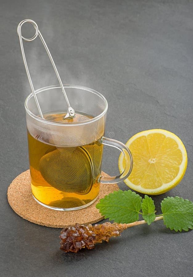 Het stomen van kop thee met teastrainer royalty-vrije stock fotografie