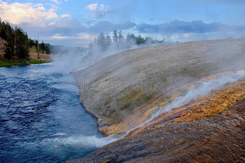 Het stomen van Rivier van Yellowstone bij zonsondergang stock afbeeldingen