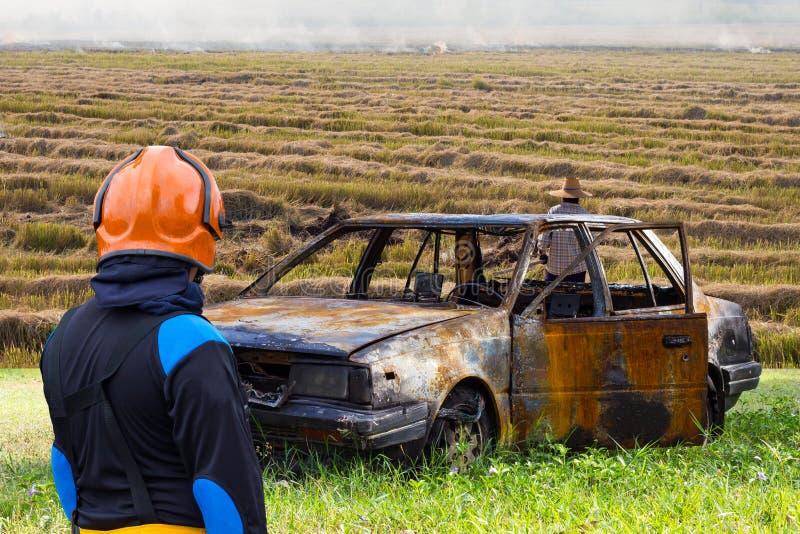 Het stoppelveld van de de Brandrijst van de brandbestrijdersauto stock afbeeldingen