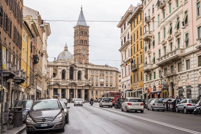 Het straatleven en verkeer in de stadscentrum van Rome, Italië stock foto