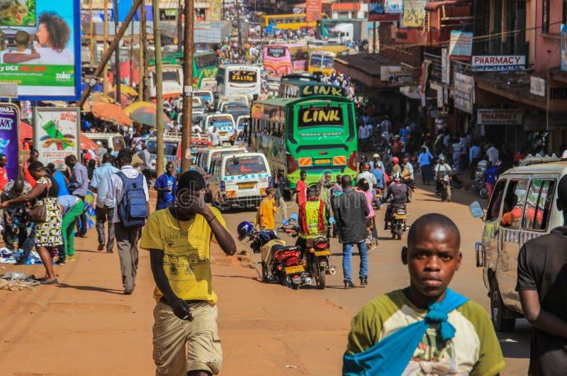 Het straatleven van het kapitaal van Oeganda Menigte van mensen op de straten en het zware verkeer stock fotografie