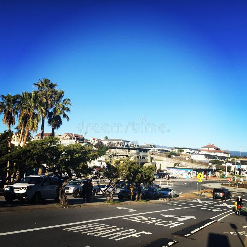Het strand die van Californië een zonnige dag uitnodigen! stock afbeeldingen