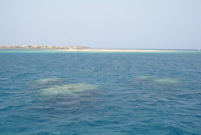 Het strand is een koraaleiland in het Rode overzees royalty-vrije stock afbeeldingen