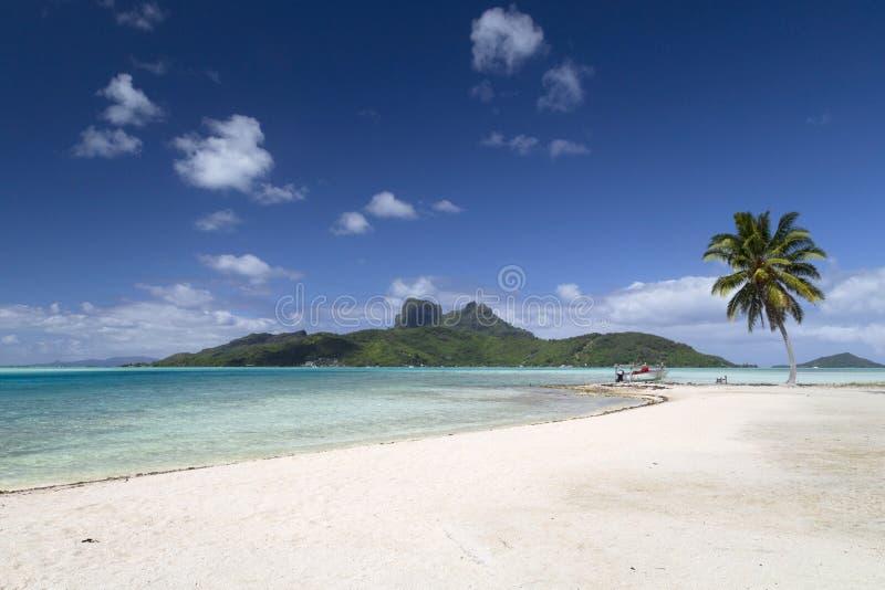 Het strand en de Lagune van Bora Bora Island - Franse Polynesia stock afbeelding