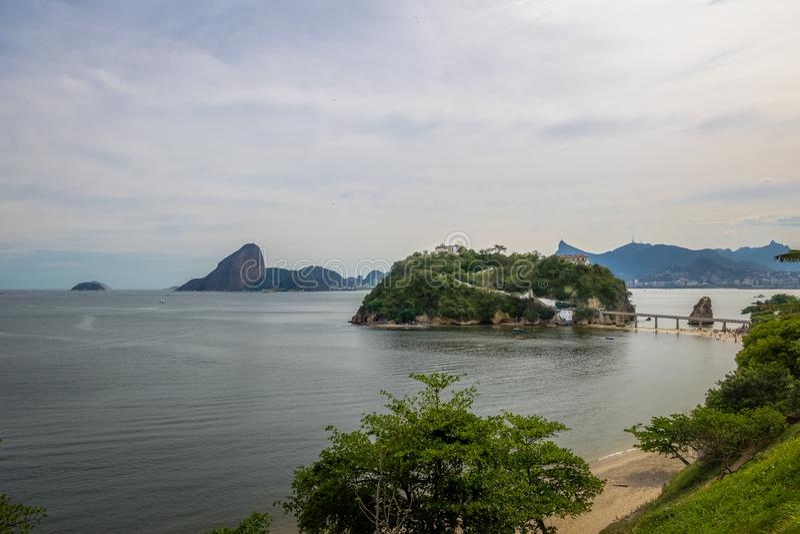 Het Strand en het Eiland van boaviagem met Rio de Janeiro Skyline op achtergrond - Niteroi, Rio de Janeiro, Brazilië stock foto's