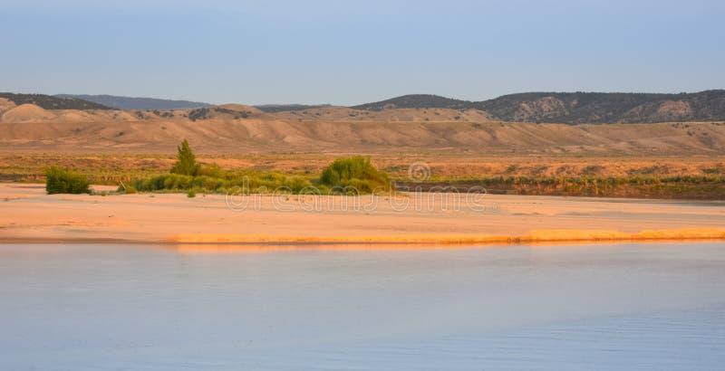 Het strand langs de Rivier van Yampa, Herten brengt Park, Dinosaurus Nationaal Monument, Colorado onder royalty-vrije stock fotografie