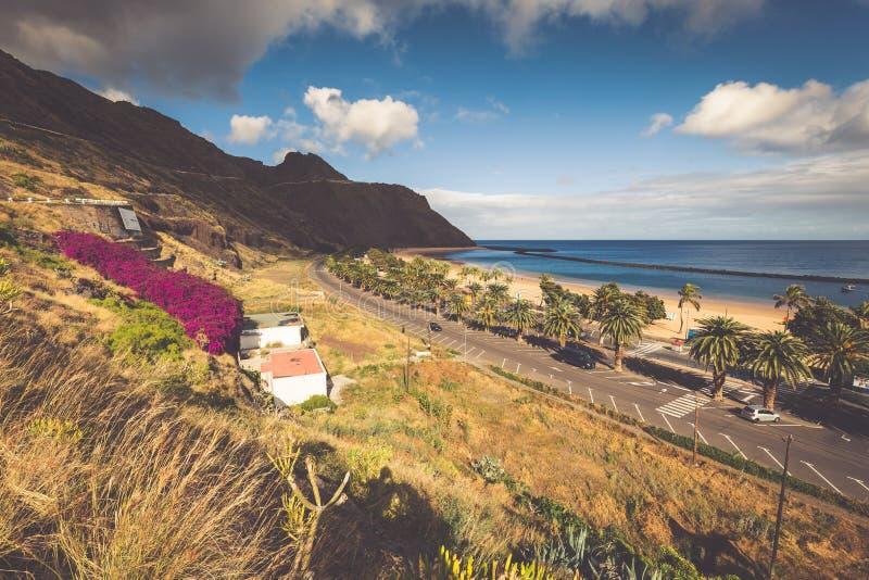 Het strand Las Teresitas in het Kerstman cruz DE Tenerife noorden bij Kanarie is royalty-vrije stock fotografie