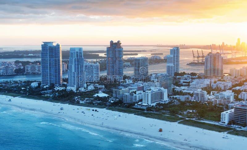Het Strand luchthorizon van Miami op een mooie de winterzonsondergang stock afbeelding