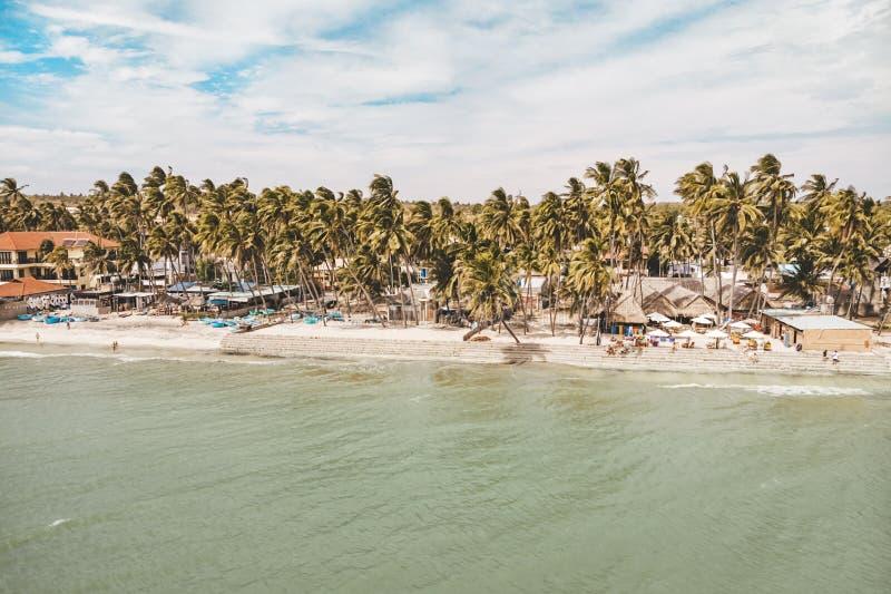 Het strand in Mui Ne-dorp Palmen, toevluchthuizen, straatkoffie Provincie van Binh Thuan, Phan Thiet, royalty-vrije stock foto