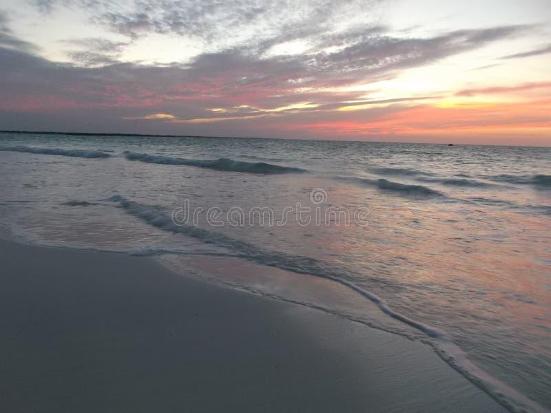 Het strand het overzees in de middag bij zonsondergang royalty-vrije stock foto