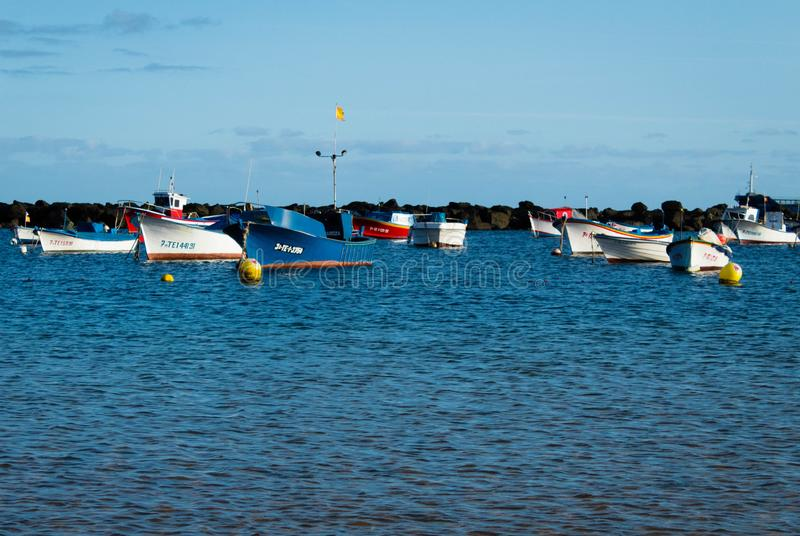 Het strand overzeese van Lasteresitas mening met boten royalty-vrije stock afbeelding