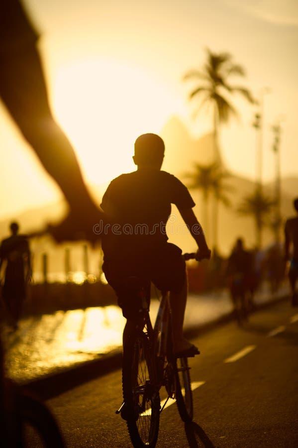 Het Strand Rio de Janeiro Brazil van Ipanema van Bikingssilhouetten royalty-vrije stock afbeelding
