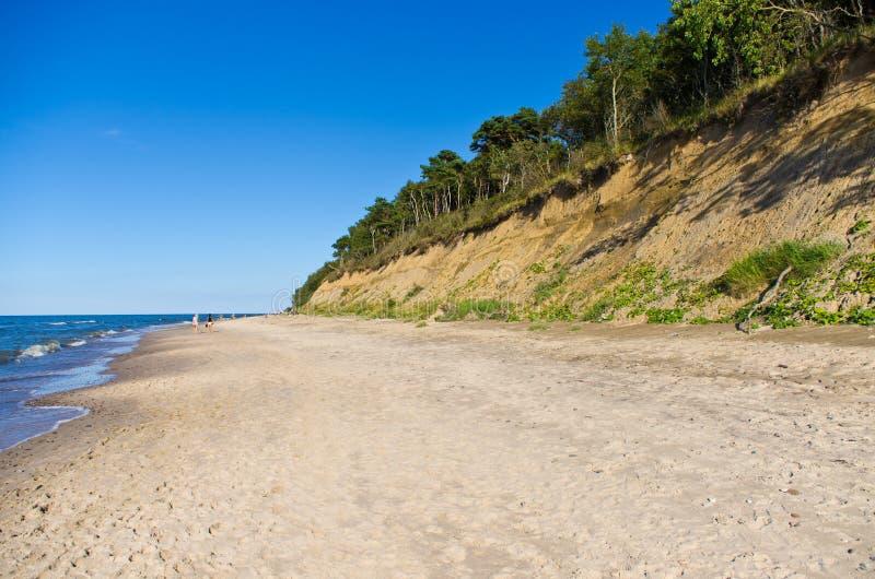 Het strand van Baltische staten met klip stock foto's