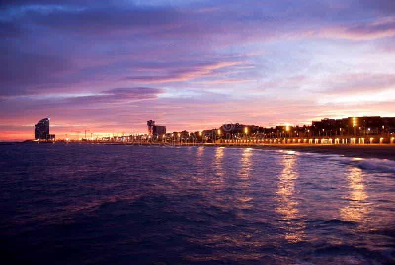 Het strand van Barcelona bij de zonsondergang