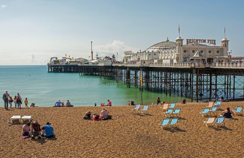 Het strand van Brighton en pijler, Sussex, Engeland royalty-vrije stock foto