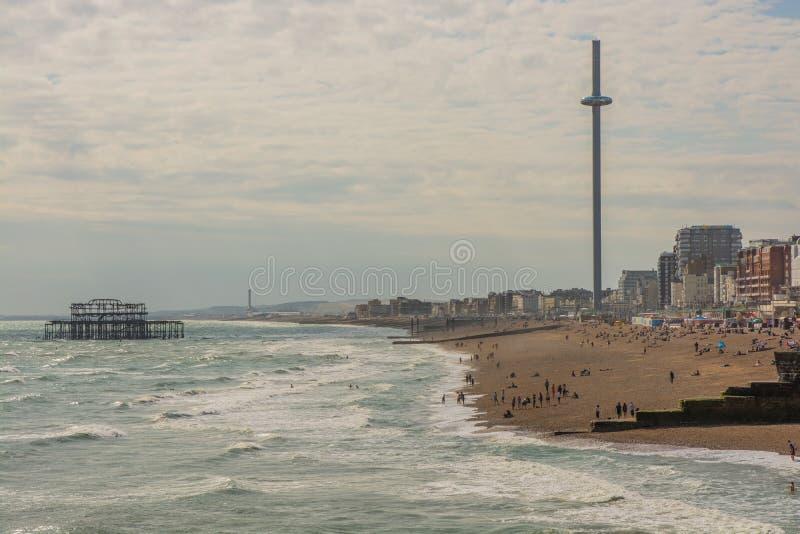 Het strand van Brighton, i360 toren en het Westenpijler, Engeland stock fotografie