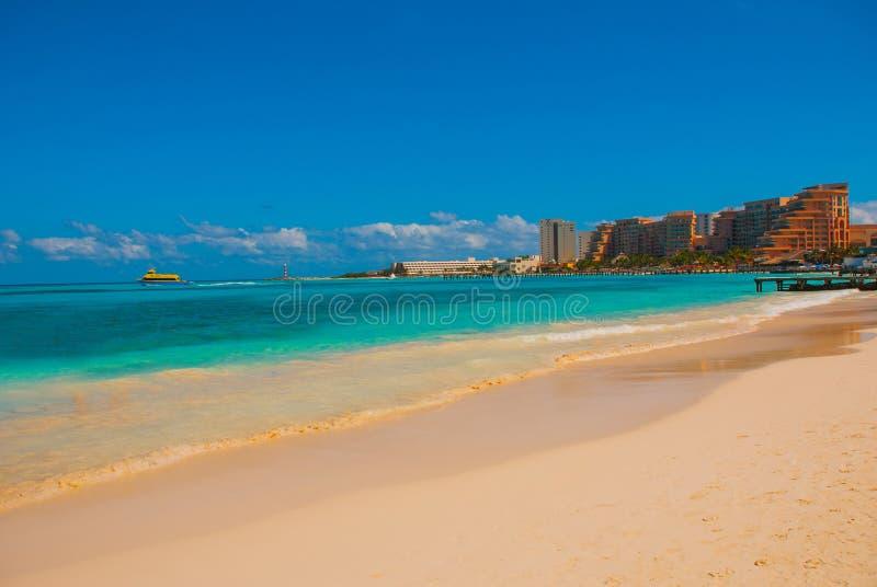 Het strand van Cancunmexico Delfines tropisch in de Caraïben royalty-vrije stock afbeeldingen