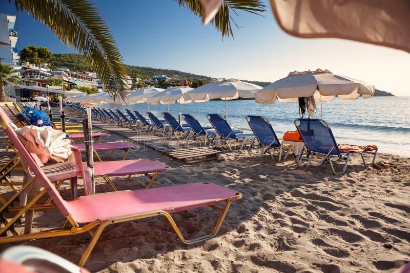 Het strand van de Agiajachthaven op Aegina-Eiland, Griekenland stock afbeelding