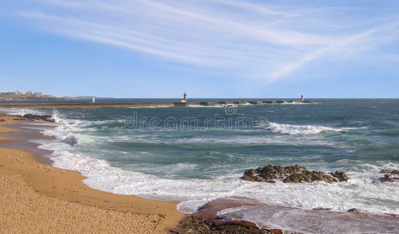 Het strand van de Atlantische Oceaan in Matosinhos Porto, Portugal stock foto's