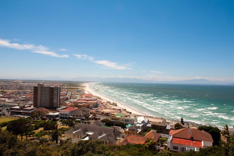 Het strand van de Baai van kampen in Kaapstad stock afbeelding