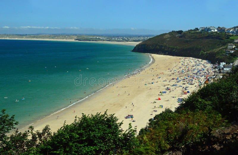 Het Strand van de Carbisbaai, St Ives, Cornwall Engeland stock foto's