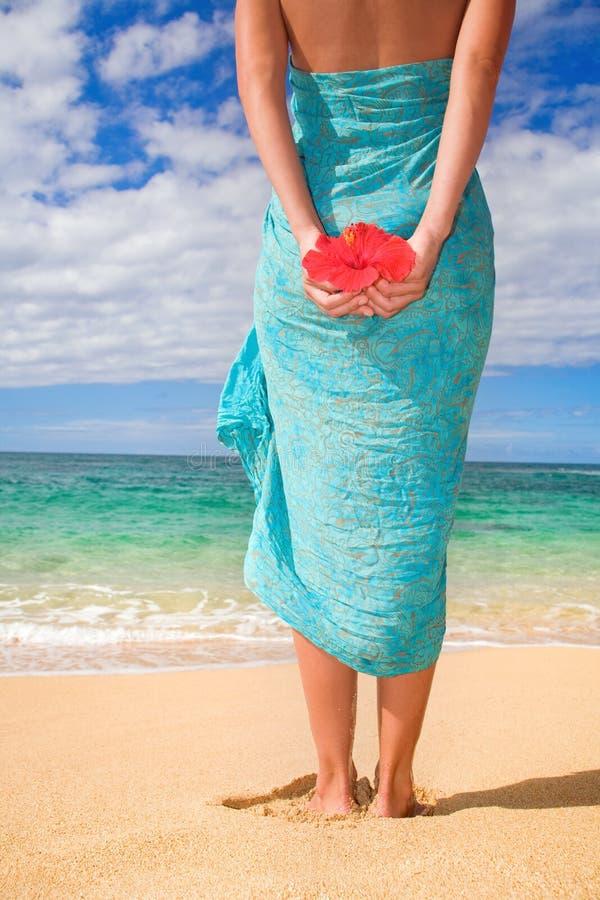 Het strand van de de sarongenbloem van de vrouw royalty-vrije stock foto's