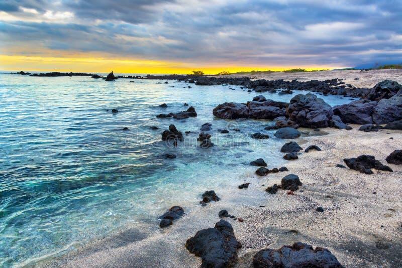 Het strand van de Galapagos bij zonsondergang royalty-vrije stock foto