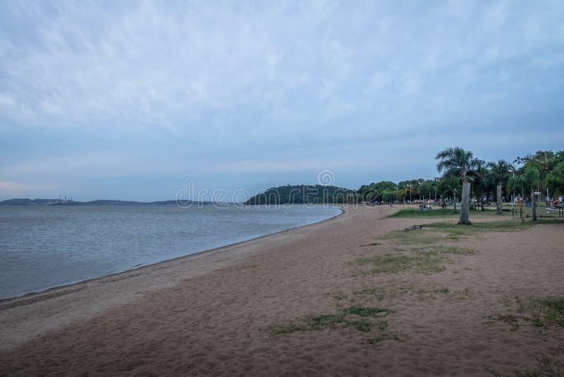 Het strand van de Guaibarivier in Ipanema - Porto Alegre, Rio Grande doet Sul, Brazilië stock foto