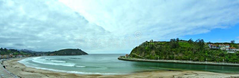 Het strand van de kerstmanjachthaven, Ribadesella, Asturias, Spanje royalty-vrije stock foto