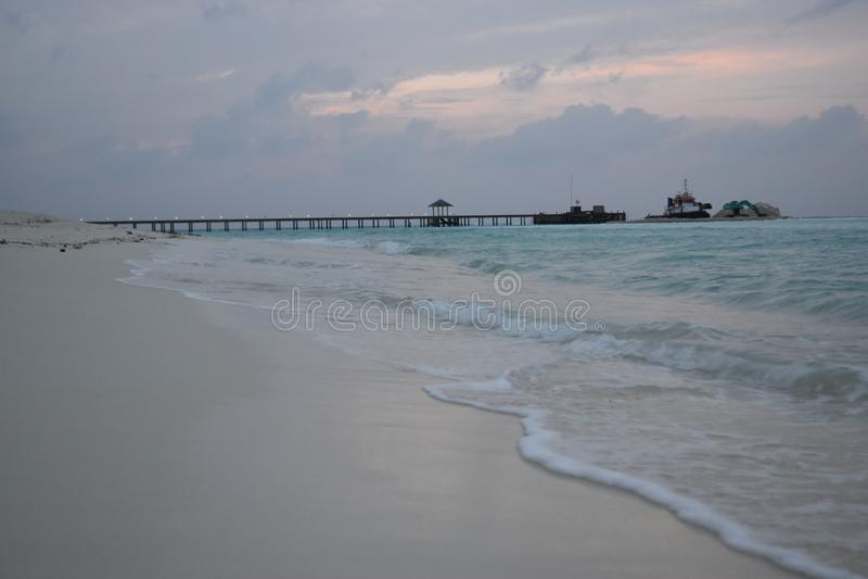 Het strand van de Maldiven in avond royalty-vrije stock afbeelding
