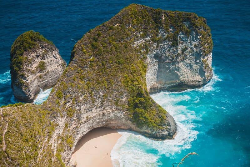 Het Strand van de Mantabaai met rotsen en blauwe oceaan in Nusa Penida Populaire plaats voor toerisme royalty-vrije stock fotografie