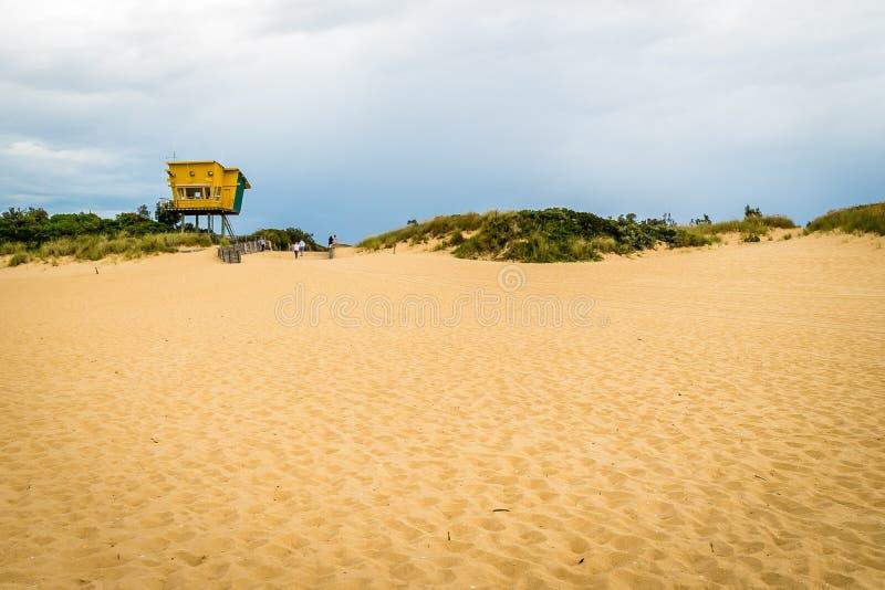 Het strand van de mereningang en de post van de badmeesterredding stock foto's