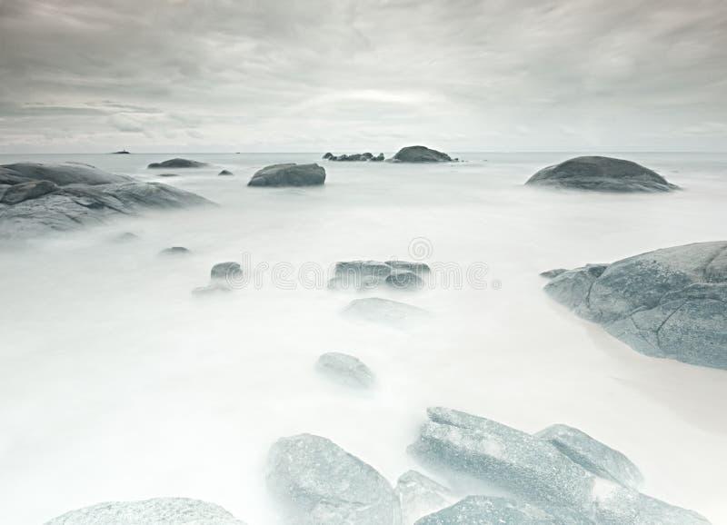 Het Strand van de mysticus Rotsen in het water van Khao-LAK royalty-vrije stock afbeelding