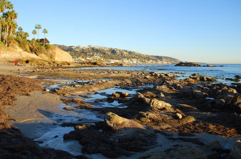 Het Strand van de rotsstapel at low tide onder Heisler-Park, Laguna Beach, CA royalty-vrije stock foto's