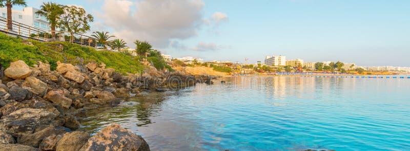 Het strand van de vogelbaai in Protaras, Cyprus royalty-vrije stock afbeeldingen