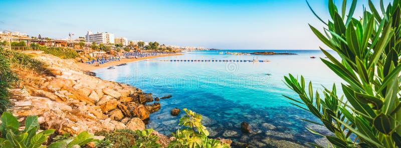 Het strand van de vogelbaai in Protaras, Cyprus stock foto's